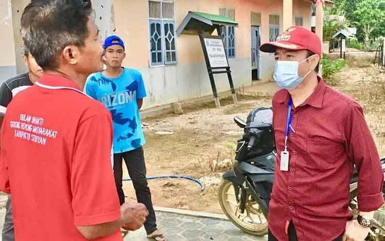 Bupati Seruyan, Yulhaidir menemui masyarakat untuk mengecek penyaluran bantuan sosial di Kecamatan Seruyan Tengah