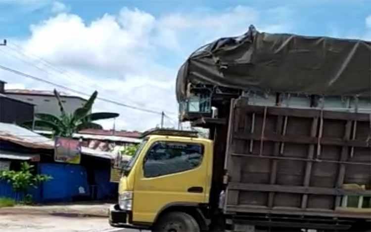 Sebuah truk dari Banjarmasin disuruh putar balik karena sopirnya tidak membawa surat keterangan sehat atau surat hasil rapid test
