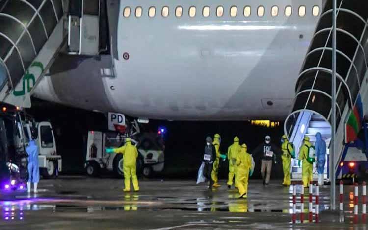 Kru Pesawat Garuda sedang membersihkan kabin dengan cairan disinfektan