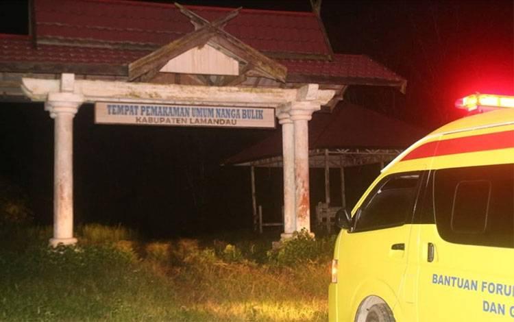 Ambulan membawa jenazah ke TPU Nanga Bulik.