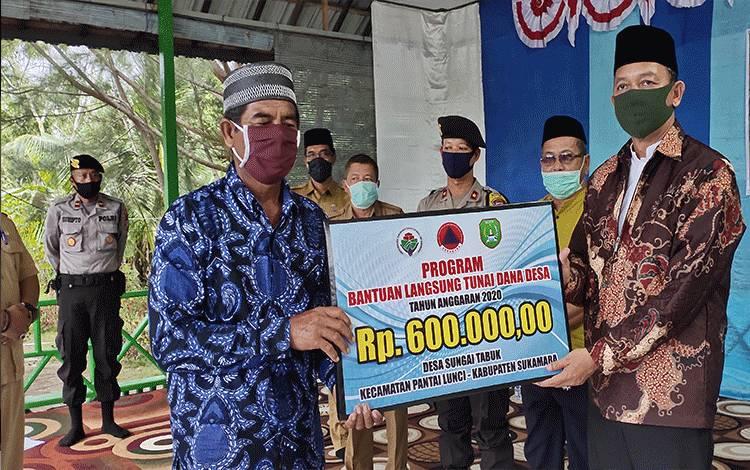 Bupati Sukamara Windu Subagio menyerahkan Launching BLT-DD kepada perwakilan di Desa Sungai Tabuk, Kecamatan Pantai Lunci, Kabupaten Sukamara.