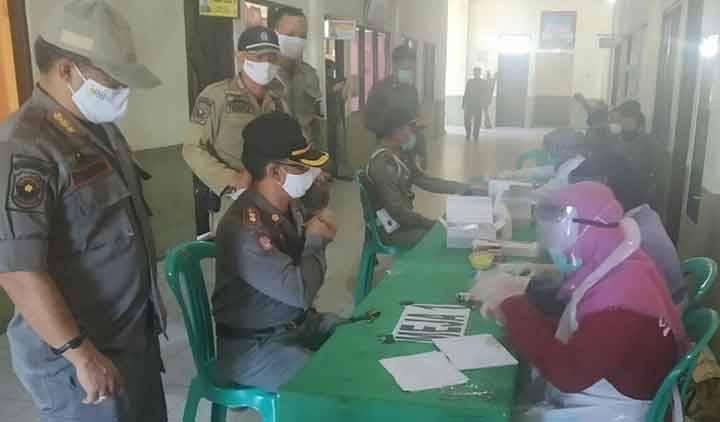 Personel Satpol PP dan Damkar Kapuas saat menjalani pemeriksaan rapid test pada Rabu, 3 Juni 2020