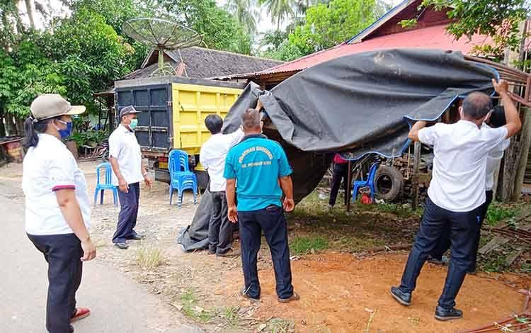 Camat Benua Lima Nina Marissa saat memimpin langsung pemindahan posko ke Kelurahan Taniran