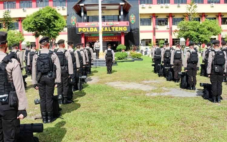 66 Personel Ditsamapta Polda Kalteng mengikuti upacara gelar pasukan di halaman Mapolda setempat sebelum diberangkatkan, Rabu 3 Juni 2020.
