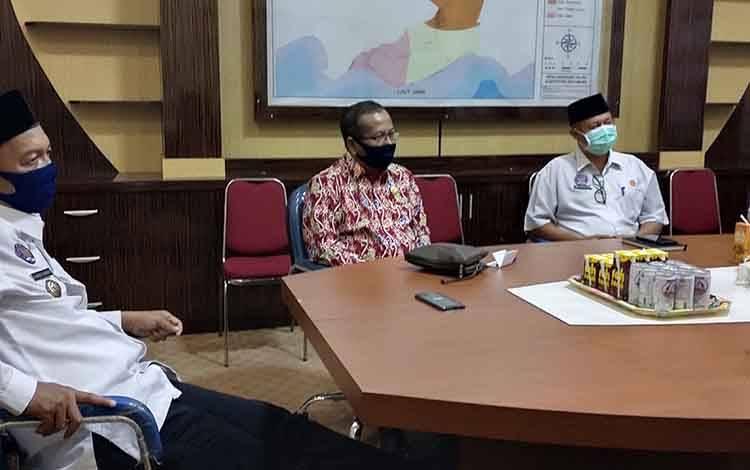 Bupati Sukamara, Windu Subagio bersama Kepala SKPD dan Anggota DPRD Kalteng saat audiensi di ruang rapat.
