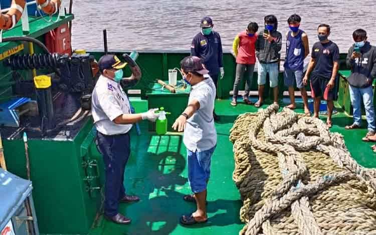 Petugas Dinas Perhubungan Kapuas saat memeriksa anak buah kapal saat melintas di DAS Kapuas pada Rabu, 3 Juni 2020
