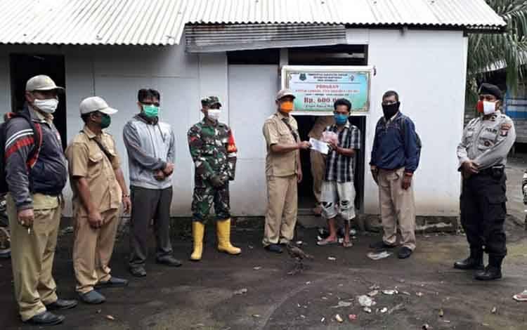 Pemdes Sidomulyo saat menyalurkan Bantuan Langsung Tunai Dana Desa kepada warga.