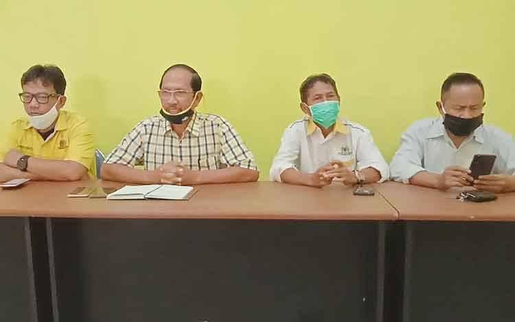 Ketua DPD Partai Golkar Barito Timur, Supriatna didampingi pengurus partai.