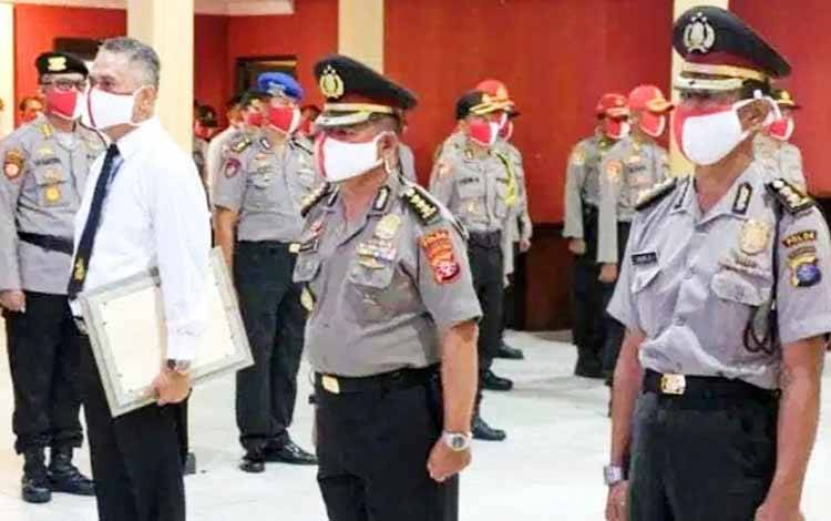 Tiga personel Polda Kalteng menerima kenaikan pangkat di aula Arya Dharma Polda setempat, Rabu 3 Juni 2020