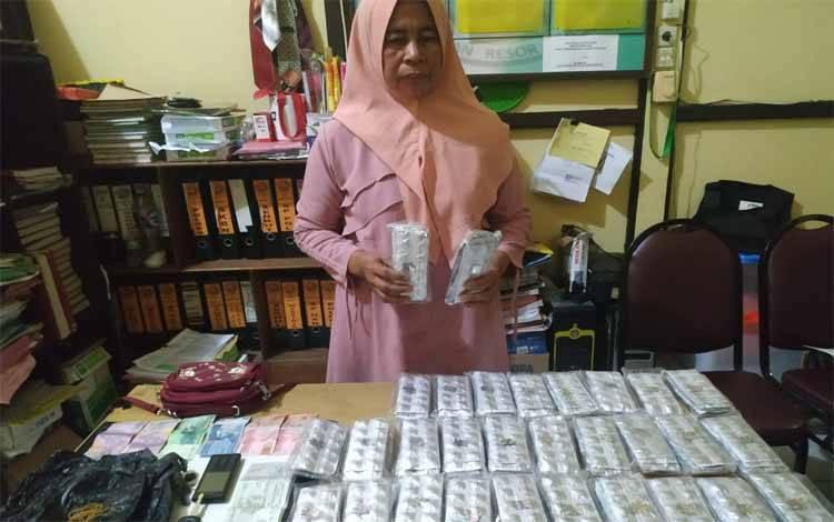 RH bersama barang bukti ribuan butir zenit berhasil diamankan Satresnarkoba Polres Seruyan