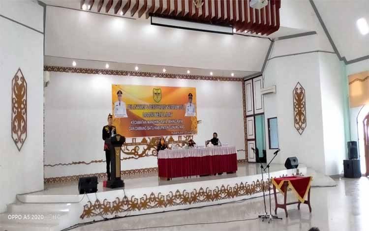 Bupati Gunung, Mas Jaya S Monong menyampaikan sambutan saat melantik damang kepala adat di GPU Daman Batu, Rabu 3, Juni 2020