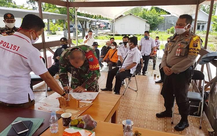 Unsur Tripika di Kecamatan Kahayan Hilir saat memberikan dukungan bersama lawan Karhutla melalui penandatangan komitmen.