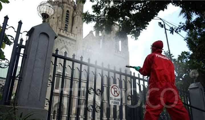 Petugas Damkar melakukan penyemprotan disinfektan di Gereja Katedral Jakarta, Rabu, 3 Juni 2020. (foto : tempo.co)