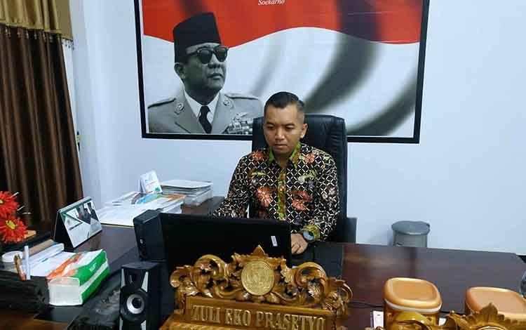 Ketua DPRD Seruyan Zuli Eko Prasetyo saat mengikuti kegiatan Rakor Penanganan Karhutla melalui video conference.