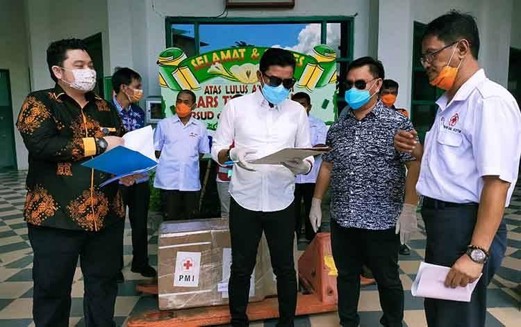 Bupati Kotim Supian Hadi saat berbincang dengan para pejabat. Sementara itu, rumah ibadah di Kotim kembali dibuka di tengah pandemi Covid-19.