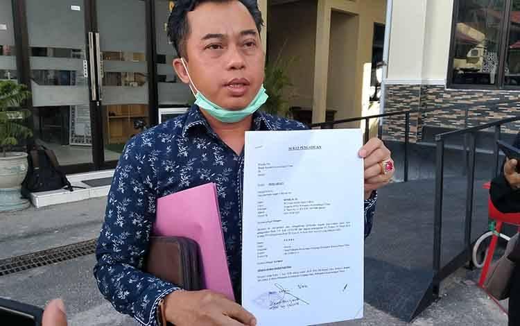 Anggota DPRD Kotim, Rimbun saat melaporkan dugaan pencemaran nama baiknya.