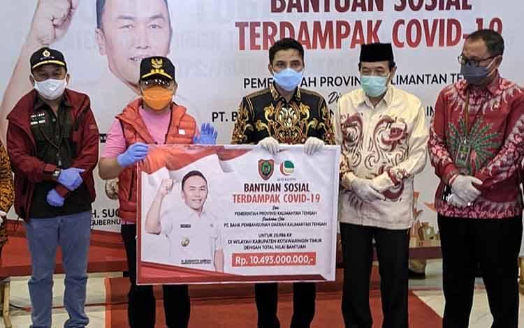 Bupati Kotim Supian Hadi saat mewakili penyalurana BST dari Provinsi Kalteng, yang dilakukan oleh Gubernur Sugianto Sabran beberapa waktu lalu. Sementara, pihaknya meminta camat mendata ulang penerima bantuan, karena ada orang kaya yang malah menerima.