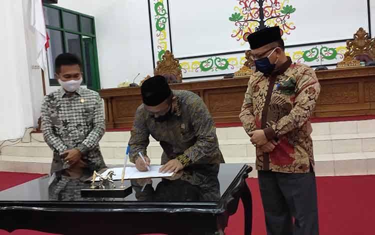 Ketua DPRD Sukamara, Deni Khaidir saat menandatangani surat keputusan tentang keanggotaan panitia khusus DPRD