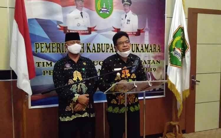Wakil Bupati Sukamara, Ahmadi didampingi Plt Kepala Dinas Kesehatan Sukamara, Amir Sapiyudin saat menyampaikan hasil swab 36 warga.