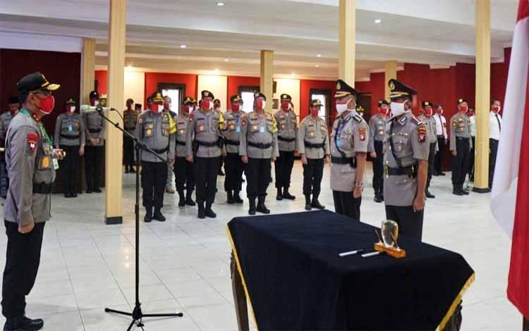 Kapolda Kalteng Irjen Dedi Prasetyo memimpin upacara serah terima jabatan Dirintelkam di aula Arya Dharma, Kamis 4 Juni 2020