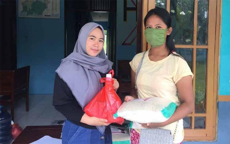 Penyaluran bantuan Gubernur Kalteng kepada masyarakat