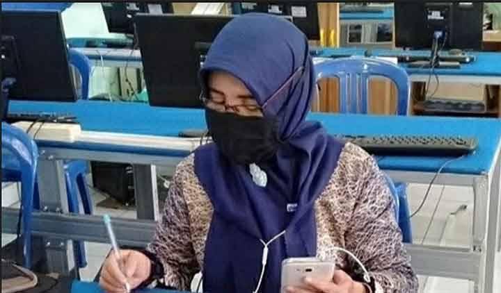 Panitia PPDB MTsN 1 Kapuas saat menyiapkan sarana tes online