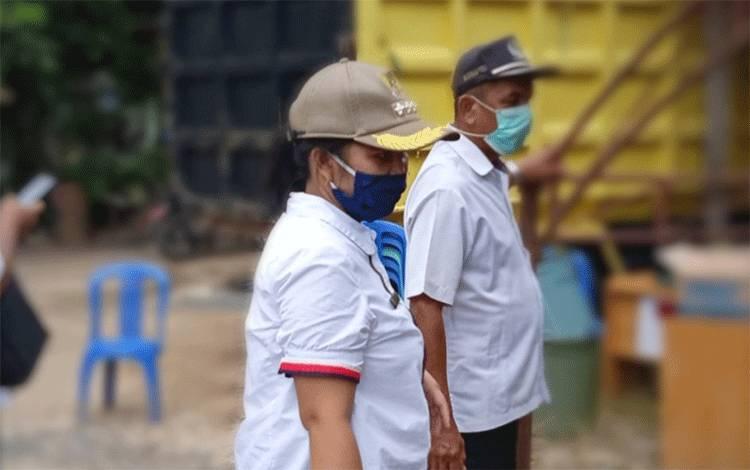 Camat Benua Lima, Nina Marissa saat memantau posko Covid-19 perbatasan.