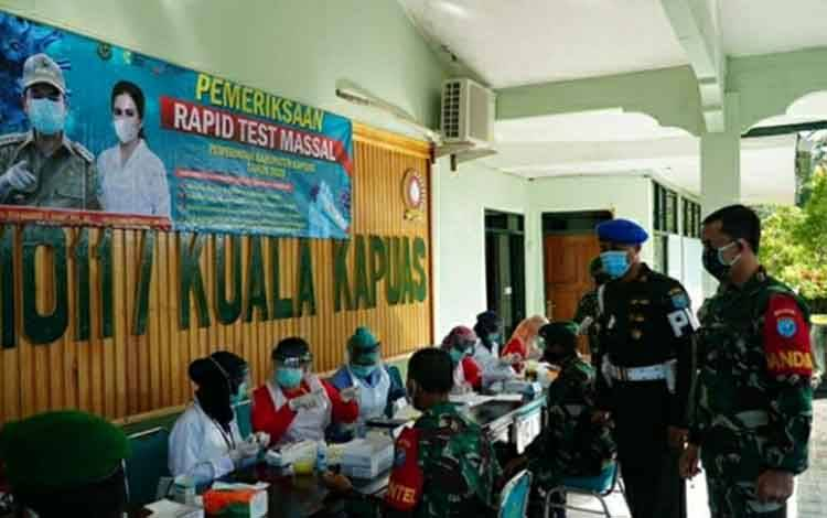 Personel Kodim 1011 Klk saat melakukan rapid test di Mako Kodim setempat pada Jumat, 5 Juni 2020