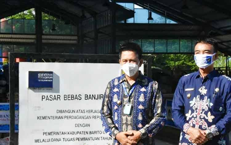 Bupati Barito Utara, H Nadalsyah didampingi wakil Bupati Sugianto Panala Putra saat melakukan kunjungan ke Pasar Bebas Banjir Muara Teweh, Jumat 5 Juni 2020.
