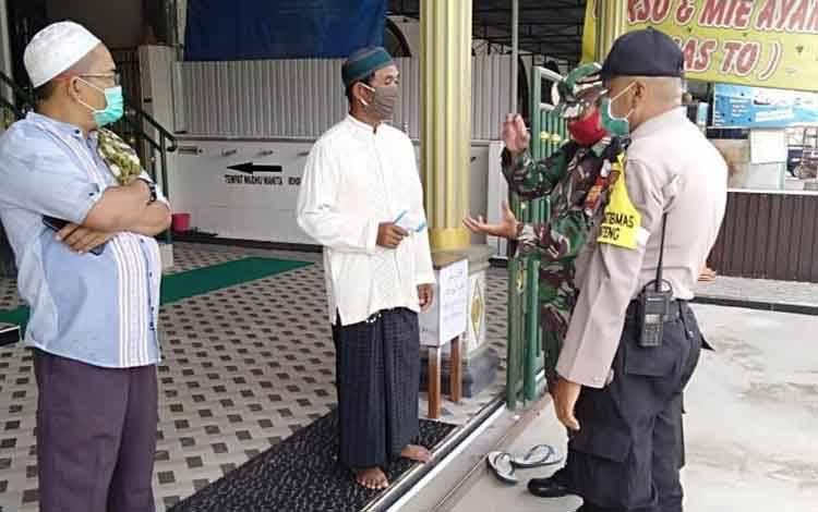 Bhabinkamtibmas Kelurahan Menteng Aipda Toha menyambangi pengurus masjid di Jalan Temanggung Tilung untuk menyosialisasikan kegiatan keagamaan sesuai Surat Edaran Wali Kota Palangka Raya, Jumat 5 Juni 2020.