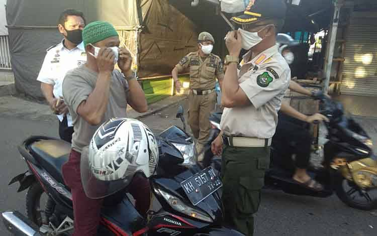 Kasatpol PP Kapuas saat mengimbau warga agar mematuhi aturan PSBB.