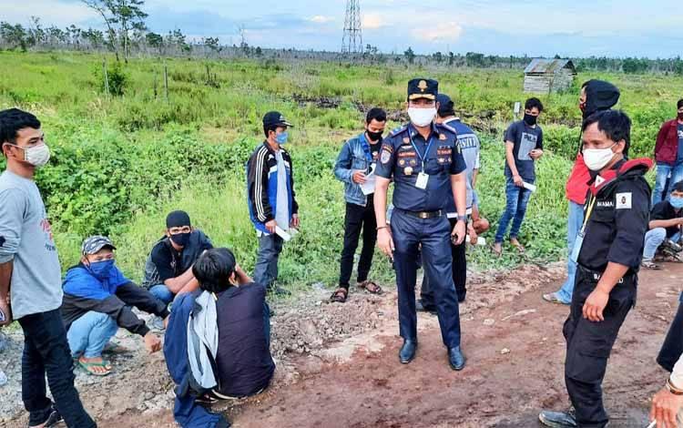 Para pekerja dari Waskita Karya saat dilakukan pemeriksaan di pos Lintas Batas Taruna - Kalampangan, Kecamatan Sebangau, Kota Palangka Raya, Jumat 5 Juni 2020