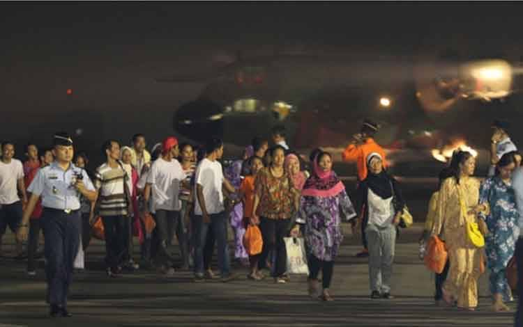 Ratusan Tenaga kerja Indonesia ilegal asal Malaysia tiba di Bandara Halim Perdana Kusuma, Jakarta, 23 Desember 2014. Pemerintah Indonesia yang memulangkan Sebanyak 494 TKI non-dokumen ke Tanah Air dengan 5 pesawat Hercules. Tempo/Dian Triyuli Handoko