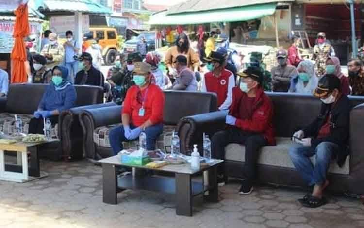 Gubernur Kalteng berserta rombongan meninjau kegiatan rapid tes masal di Kabupaten Kobar