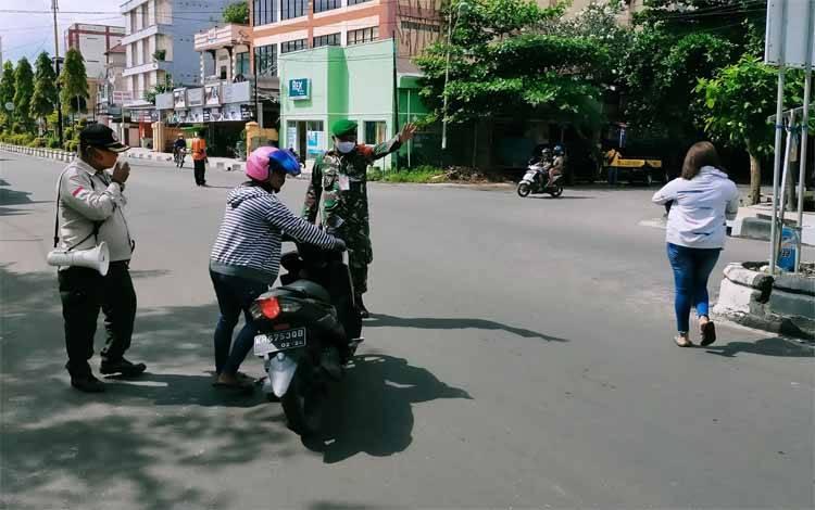 Pengendara motor tidak pakai masker disuruh putar balik dengan mendorong motornya, Rabu, 10 Juni 2020