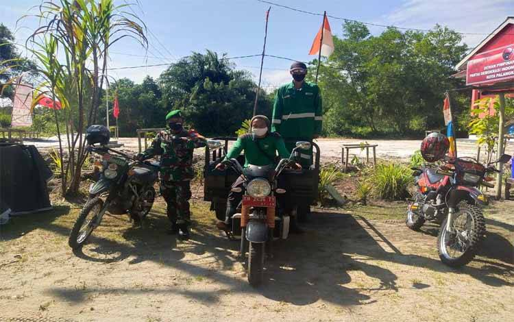 abinsa Koramil 1016-01 Pahandut, Peltu Didik Kristiawan foto bersama Masyarakat Peduli Api Kelurahan Sabaru, Kamis 11 Juni 2020