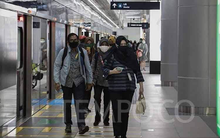 Penumpang kereta MRT saat berada di Stasiun MRT Bundaran HI, Jakarta, Jumat, 5 Juni 2020. Jam operasional MRT saat PSBB fase transisi yaitu pada hari kerja pukul 05.00 sampai 21.00 dengan headway 10 menit. TEMPO/M Taufan Rengganis