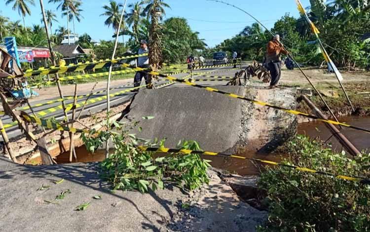 Kerusakan Jalan Sei Ijin, Kecamatan Mentaya Hilir Selatan yang merupakan penghubung antara Kotim-Seruyan
