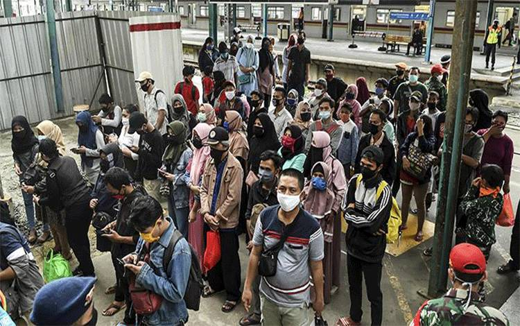 Calon penumpang menunggu Kereta Rel Listrik (KRL) di Stasiun Manggarai, Jakarta, Senin 25 Mei 2020. PT Kereta Commuter Indonesia atau KCI melaporkan volume pengguna KRL saat pembatasan operasional di hari Lebaran 2020 turun 90 persen dibanding tahun sebelumnya, hal itu merupakan imbas dari pembatasan jam operasional yaitu pada pagi hari pukul 05.00 - 08.00 WIB dan sore hari pukul 16.00 - 18.00 WIB. ANTARA FOTO/Muhammad Adimaja