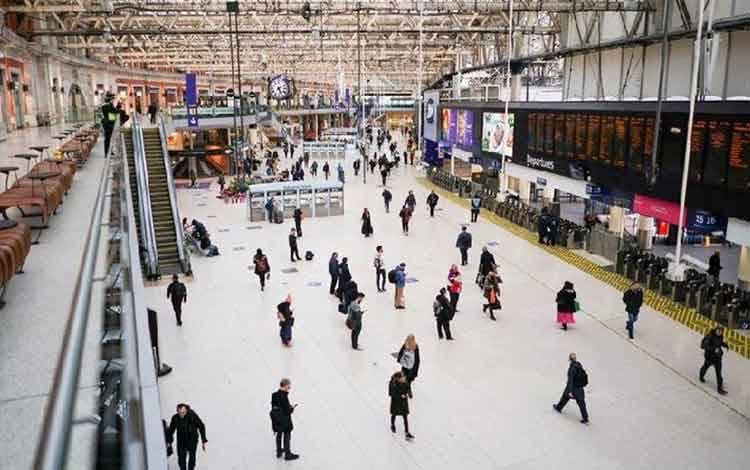 Operator kereta api di Inggris memberi tanda jaga jarak dua meter di lantai bagi para calon penumpang terkait pencegahan penyebaran virus Corona. Reuters