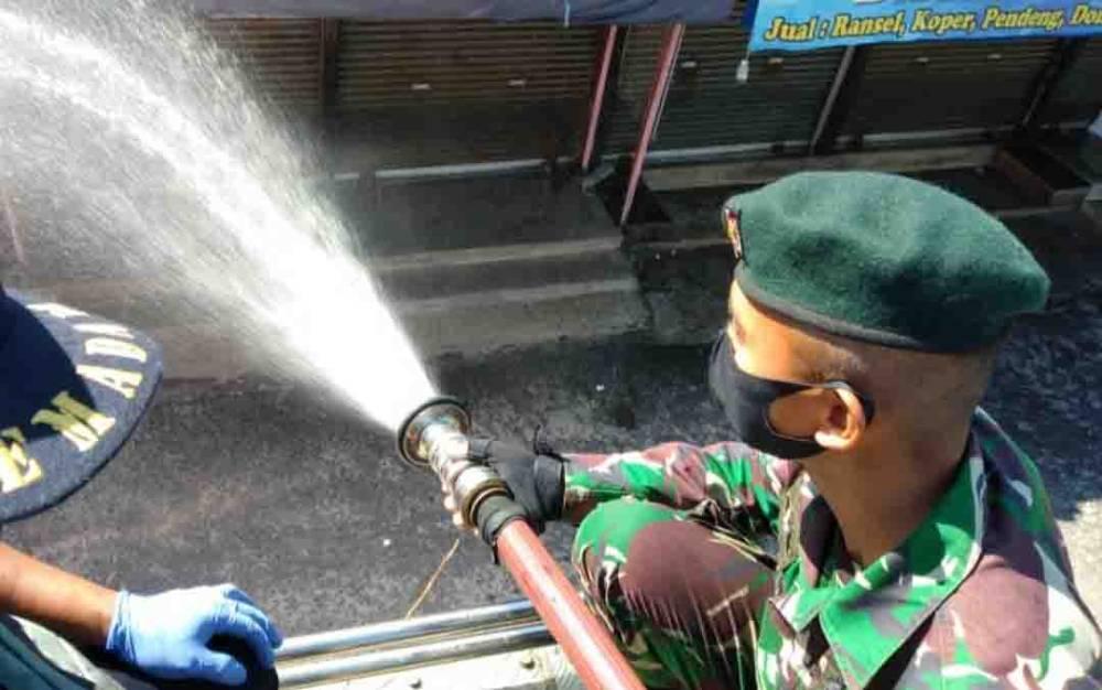 Penyemprotan disinfektan di kawasan Pasar Besar Palangka Raya memasuki hari ke dua, Senin, 15 Juni 2020.