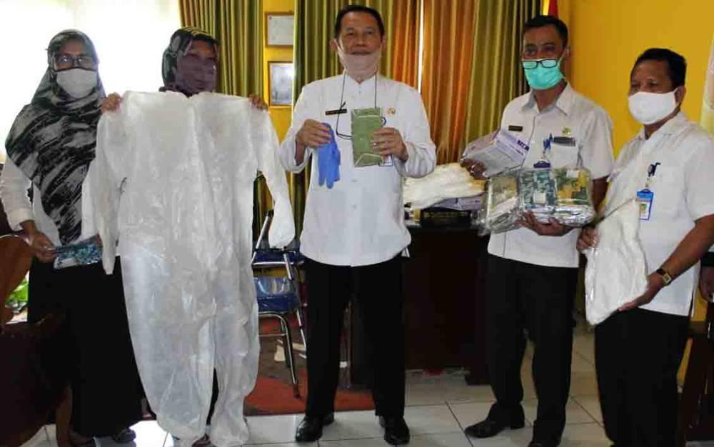 Penyerahan APD berupa baju hazmat untuk petugas perekaman KTP elektronik Dinas Dukcapil Kotawaringin Barat.