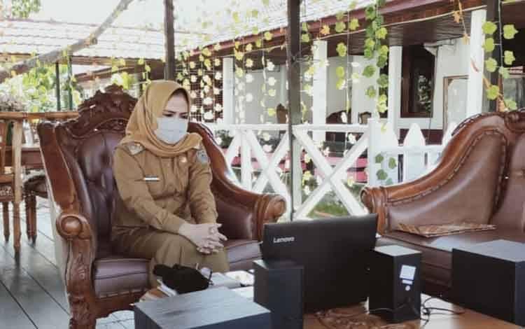 Wakil Bupati Seruyan Iswanti mengikuti rapat paripurna DPRD Seruyan melalui video conference