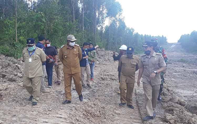 Wakil Bupati Kobar Ahmadi Riansyah monitoring pembangunan jalan penghubung, konsorsium tahap tiga dengan PT Korintiga Hutani, di Kecamatan Arut Utara