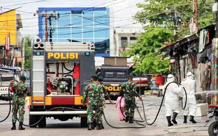 Personel gabungan saat melakukan penyemprotan cairan disinfektan di Pasar Besar Kota Palangka Raya, Selasa 16 Juni 2020.