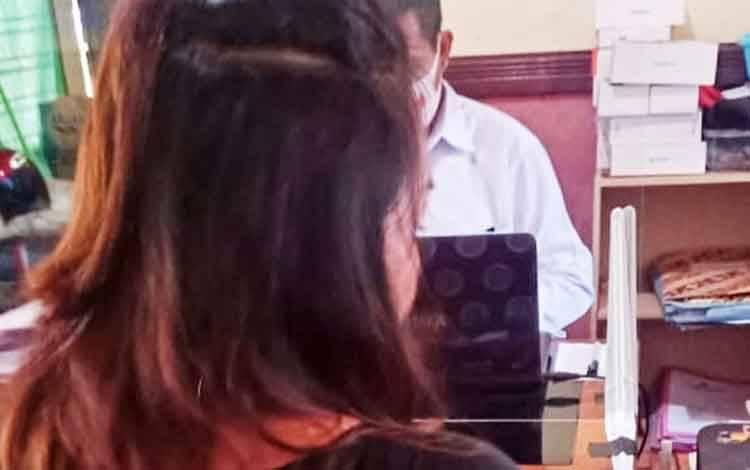 Tersangka YN saat dilakukan pemeriksaan secara intensif oleh penyidik Satreskrim Polresta Palangka Raya