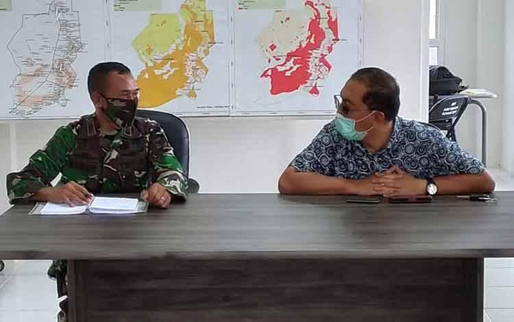 Juru Bicara Gugus Tugas Covid-19 Pulang Pisau Muliyanto Budihardjo (kanan) bersama Koordinator Bidang Operasi, Mayor Arh Subur Harsono saat memimpin rapat Anev Gugus Tugas, Jumat, 19 Juni 2020.