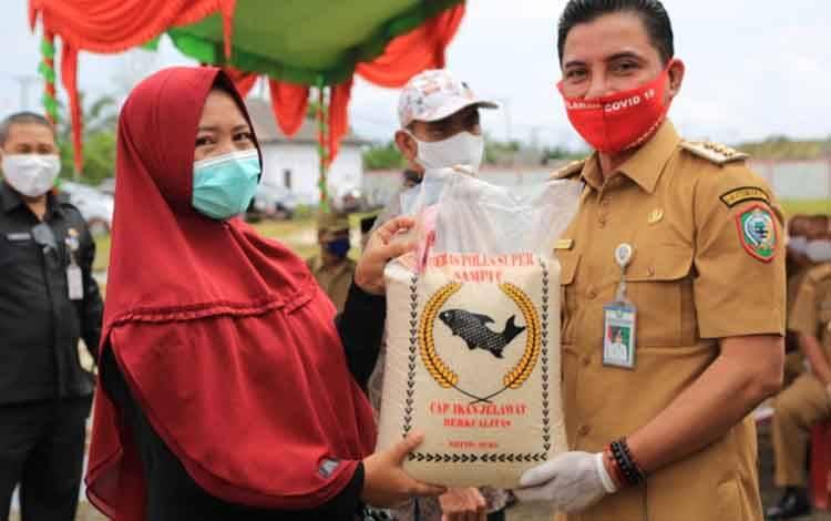 Bupati Kotim Supian Hadi saat memberikan beras kepada warga. Sementara, masih ada 25 desa tertinggal di Kotim.