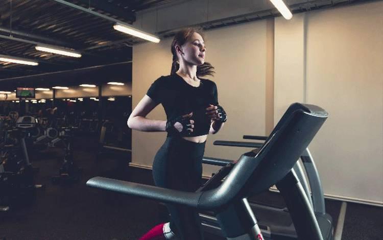 Ilustrasi wanita lari di atas treadmill. Freepik.com