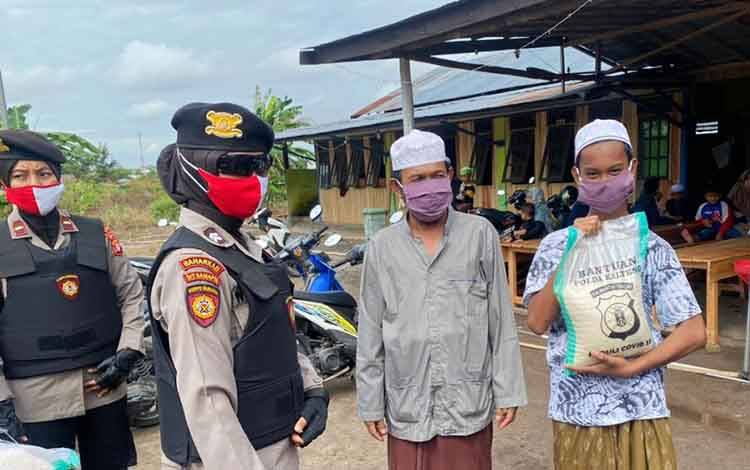 Srikandi Ditsamapta Polda Kalteng memberikan bantuan sembako berupa beras, diterima oleh Santriwan Pondok Pesantren Manba'u Darussalam Palangka Raya, Selasa 23 Juni 2020